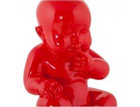 Statue déco 'BABY' bébé assis en polyrésine rouge