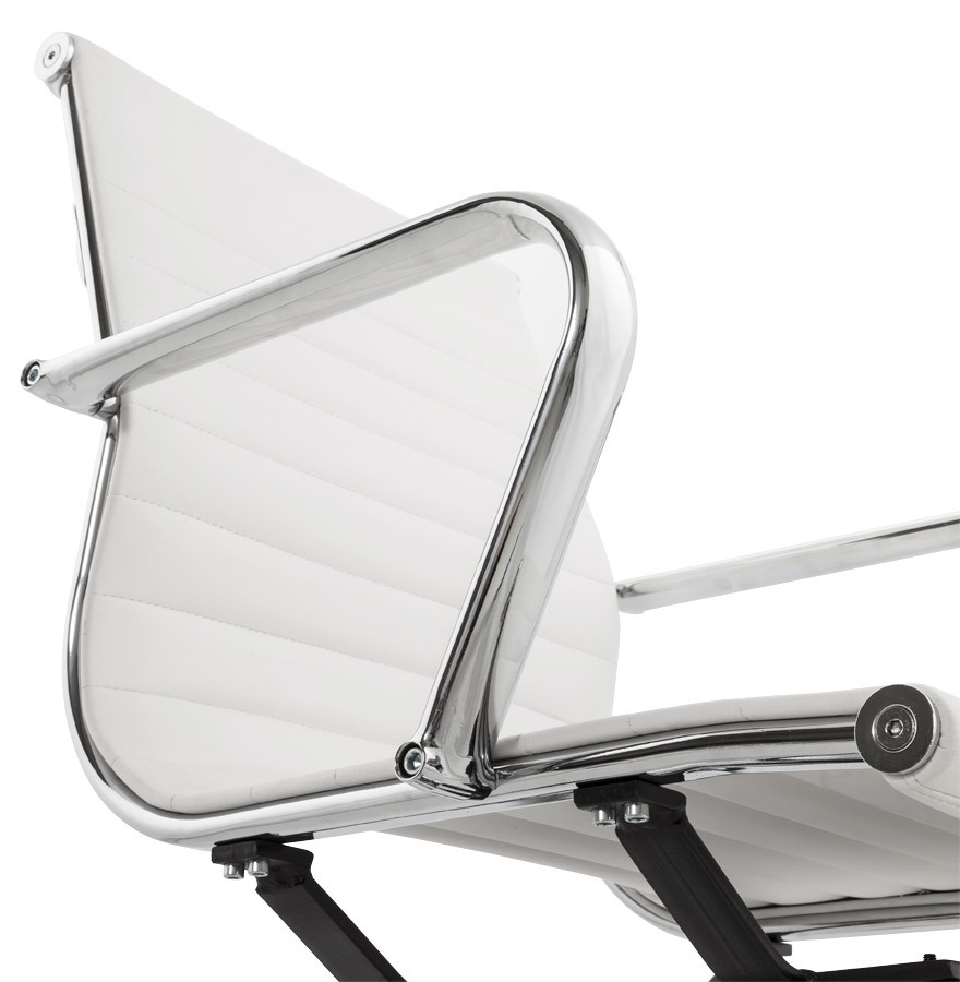 Chaise de bureau design giga en similicuir blanc for Chaise de bureau design