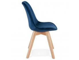 JOE' stoel in blauw fuweel met een structuur in natuurijk hout