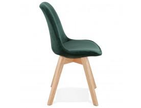 JOE' stoel in groen fuweel met een structuur in natuurijk hout