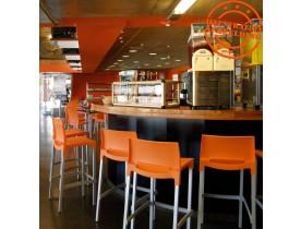 Oranje barkruk 'MATY' met rugleuning stapelbaar