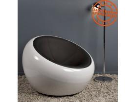 Bolvormige, draaibare loungezetel 'ATMO' uit zwart imitatieleder met witte zitschaal