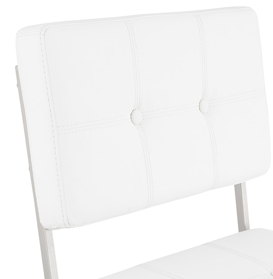 Chaise capitonn e leon blanche chaise design - Chaise blanche capitonnee ...