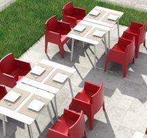 Terrasse professionnelle équipée des chaises PLEMO rouge