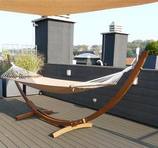 Hamac Alterego Design sur une terrasse en Teck