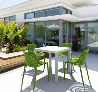 Chaise BLOW verte et chaise CANTINA blanche