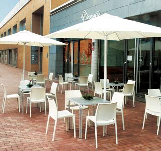 Terrasse de café équipéé de chaises ENZO