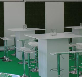 Terrasse professionnelle couverte avec table haute et tabouret LEO blanc